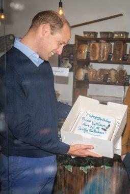 Una torta di compleanno per il principe William: dono della pasticceria Smiths the Bakers, dove il principe si è recato per il suo primo impegno pubblico dopo il lockdown