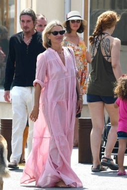 Kate Moss nell'agosto 2019 a Saint Tropez con un vestito di La Jolie Fille