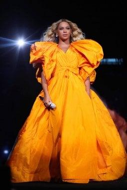 Beyoncé in concerto con un altro abito Valentino disegnato da Pierpaolo Piccioli