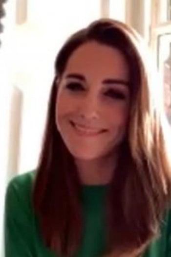 Kate Middleton stupisce con una nuova pettinatura: capelli lunghi e lisci per la chiamata via Zoom