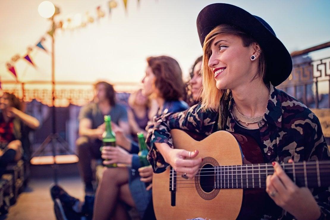 Se suoni la chitarra hai più possibilità di far colpo: sui profili social e nella realtà