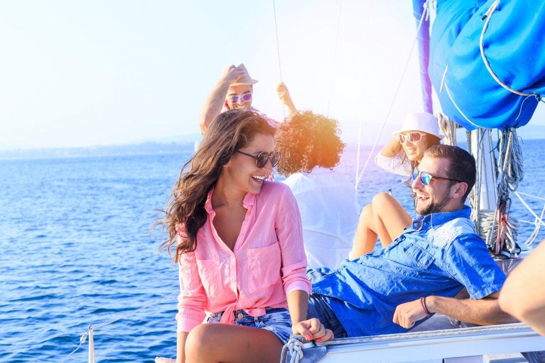 In vacanza è nato un flirt con il ragazzo della mia amica, cosa devo fare?