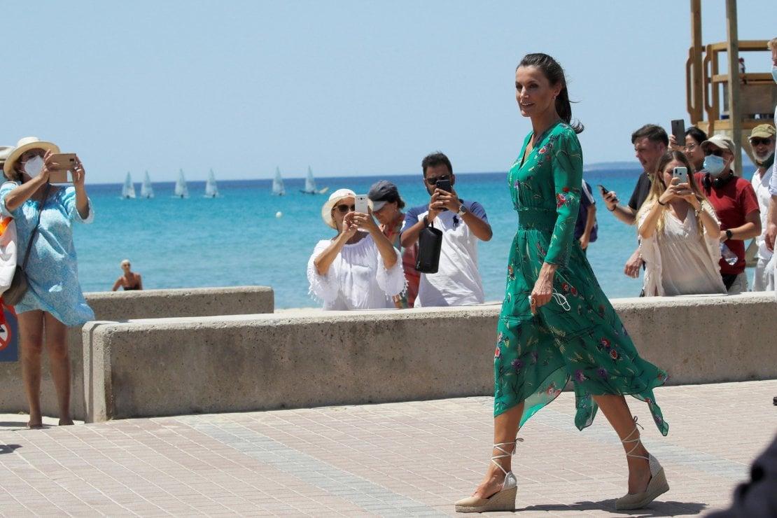 Letizia di Spagna, continua l'estate low cost: abiti Mango e Zara per sostenere la moda iberica