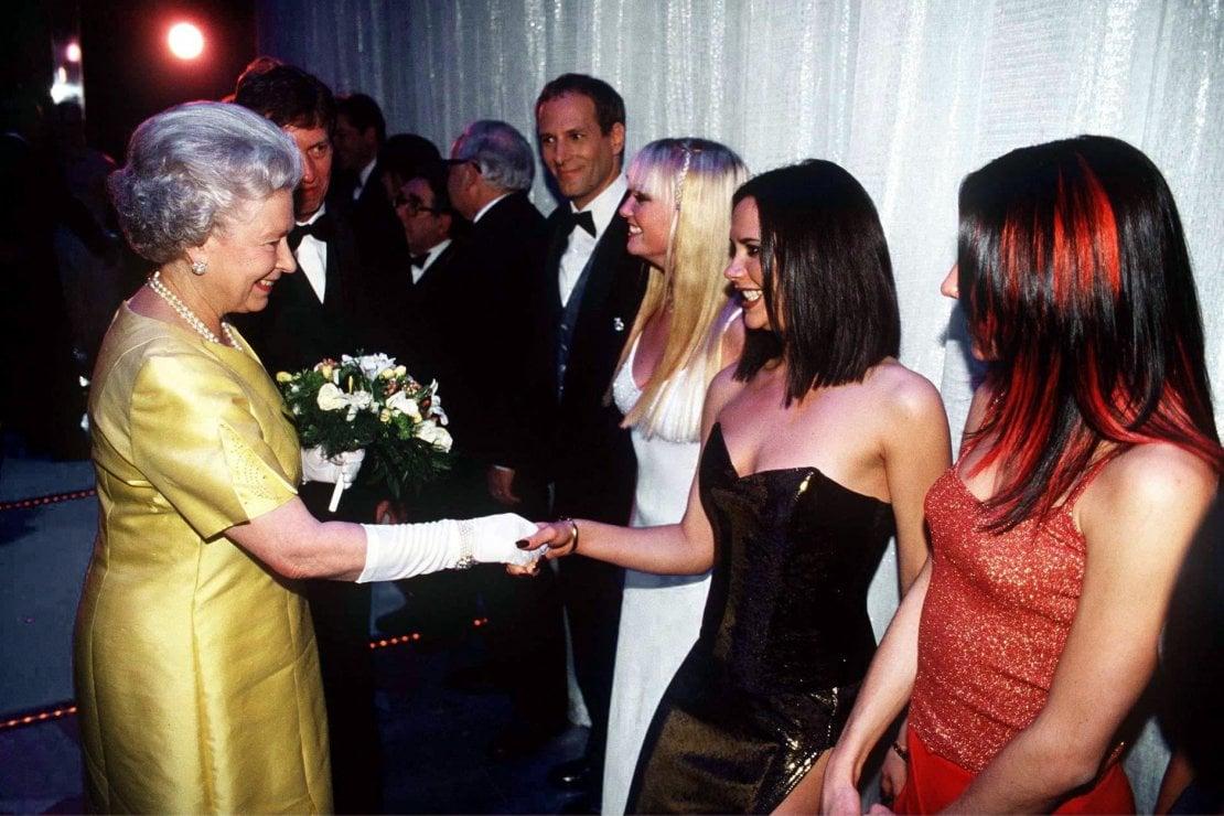 La regina Elisabetta II stringe la mano a Victoria Beckham dopo un'esibizione delle Spice Girls del 1997