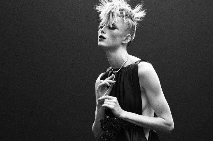 Chanel, omaggio a Karl Lagerfeld con una principessa punk
