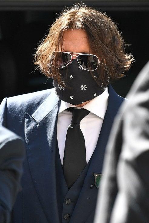 Johnny Depp (con bandana sul volto) in tribunale per il processo show con Amber Heard