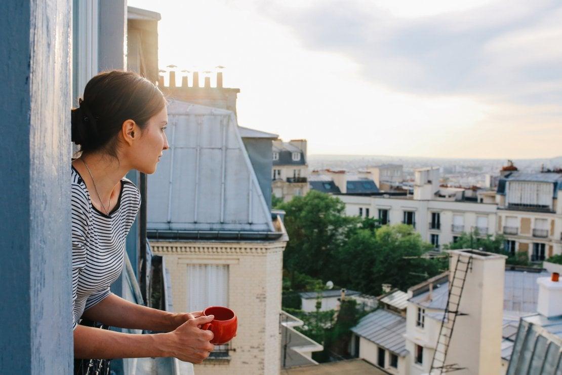 Lo yoga del buongiorno: 5 posizioni che sostituiscono il caffè e ci evitano lo stress