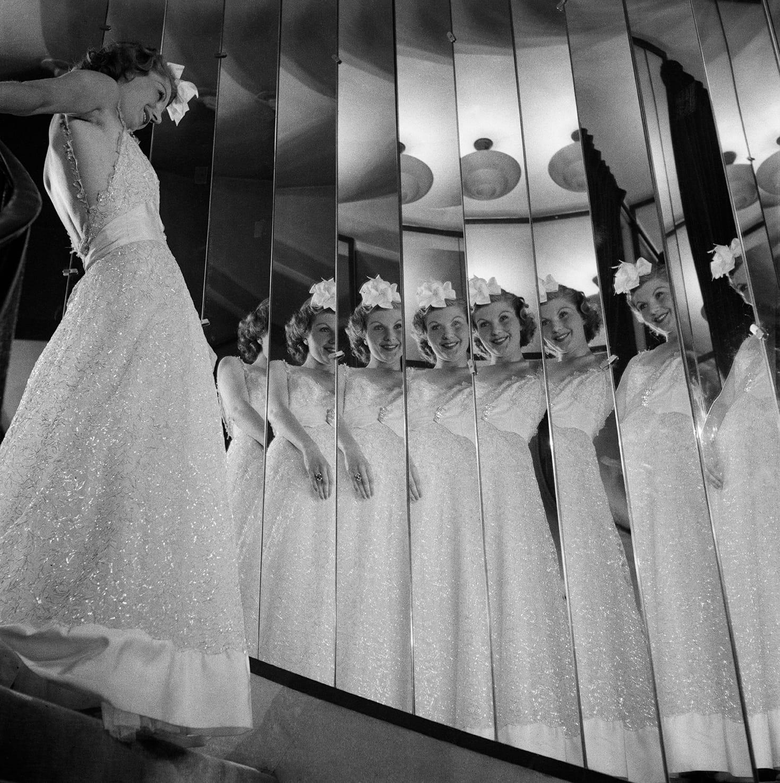 François Kollar. Una modella scende le scale del 31 rue Cambon. Pubblicata da Harper's Bazaar, 15 settembre 1937 © Ministère de la Culture – Médiathèque de l'Architecture et du Patrimoine, Dist. RMN-Grand Palais / François Kollar