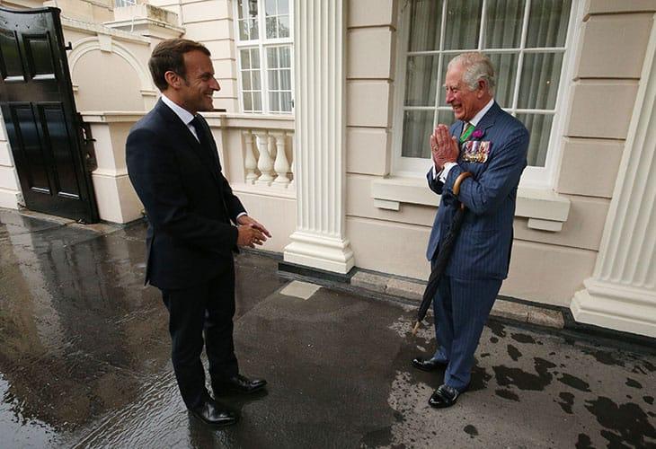 18 giugno: Il Principe Carlo saluta a mani giunte il presidente francese Macron