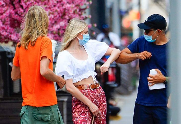 Giugno: la top model Elsa Hosk saluta con il gomito un amico incontrato per strada