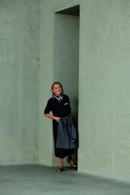 Miuccia Prada ritratta durante le riprese dei corti