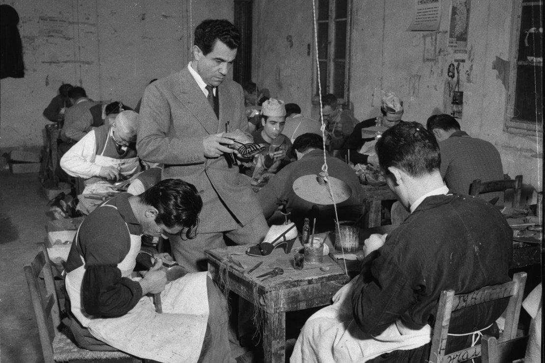 Salvatore Ferragamo controlla le sue calzature in laboratorio nel 1934