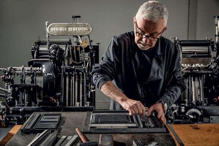 Prima di andare in stampa, il tipografo chiude all'interno di una forma i caratteri mobili in piombo.