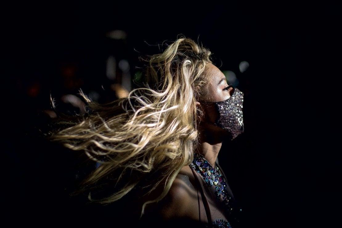 Giugno 2020: una ragazza balla con la mascherina alla discoteca Villa delle Rose di Misano Adriatico, tra i primi club della Riviera Romagnola a riaprire dopo la pandemia.