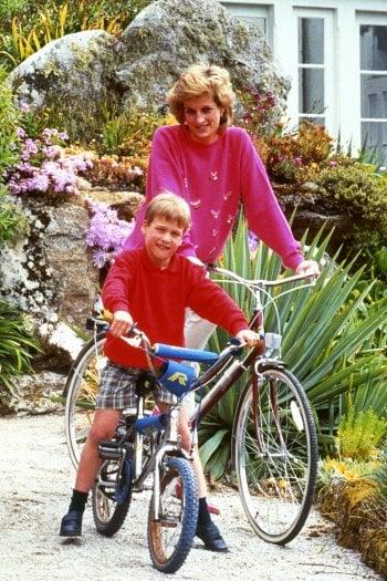Diana, principessa del Galles con il figlio William nel 1989 in bicicletta a Tresco, isole Scilly