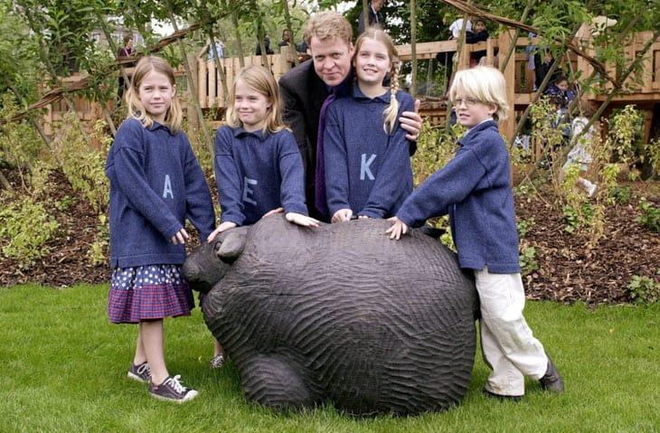 Charles Spencer, fratello di Lady Diana, con i quattro figli all'inaugurazione del parco giochi in memoria di Lady D, nei giardini di Kensington a Londra. Da sinistra a destra: Amelia, Eliza, Kitty e Louis (visconte Althorp)