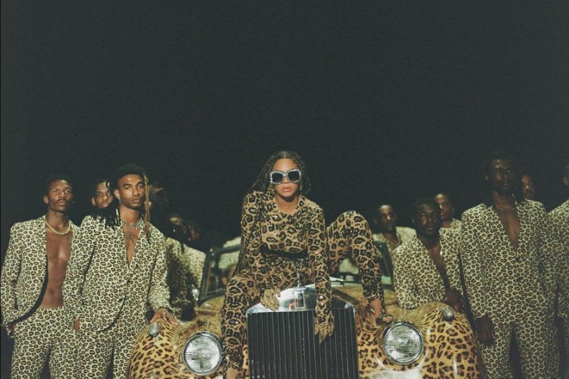 Con una tuta creata da Pierpaolo Piccioli per Valentino (ph. Beyoncé.com)