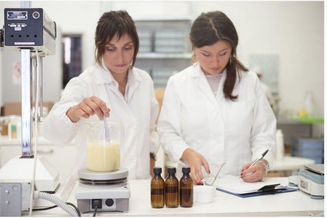 Biofficina Toscana Eva Casagli e Claudia Lami laboratorio