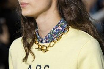 Dorate e scenografiche, le collane da indossare in estate