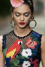 Revival anni 90: gli orecchini a cerchio da sfoggiare questa estate. Da Alberta Ferretti a Dolce&Gabbana