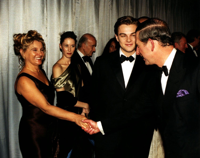 Londra, 1998, il principe Carlo incontra Leonardo DiCaprio e la madre Irmelin dopo la proiezione di