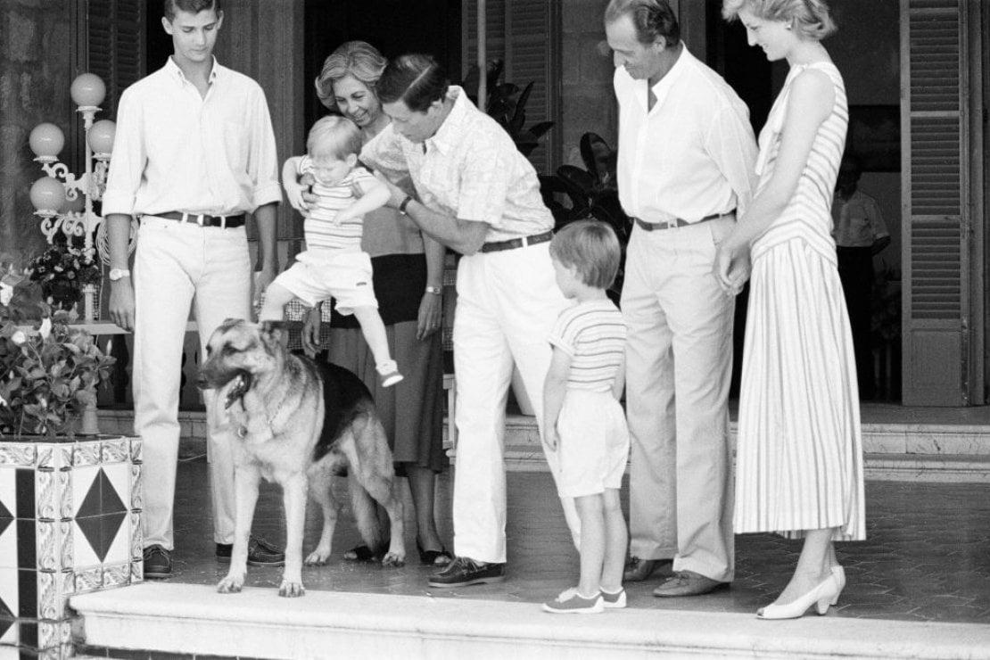 Il principe Carlo gioca a far cavalcare il cane lupo del re Juan Carlos ad Harry durante una visita della famiglia reale inglese a quella spagnola a Maiorca nel 1986. Ci sono anche la principessa Diana, il re Juan Carlos e sua moglie Sofia oltre al principino William
