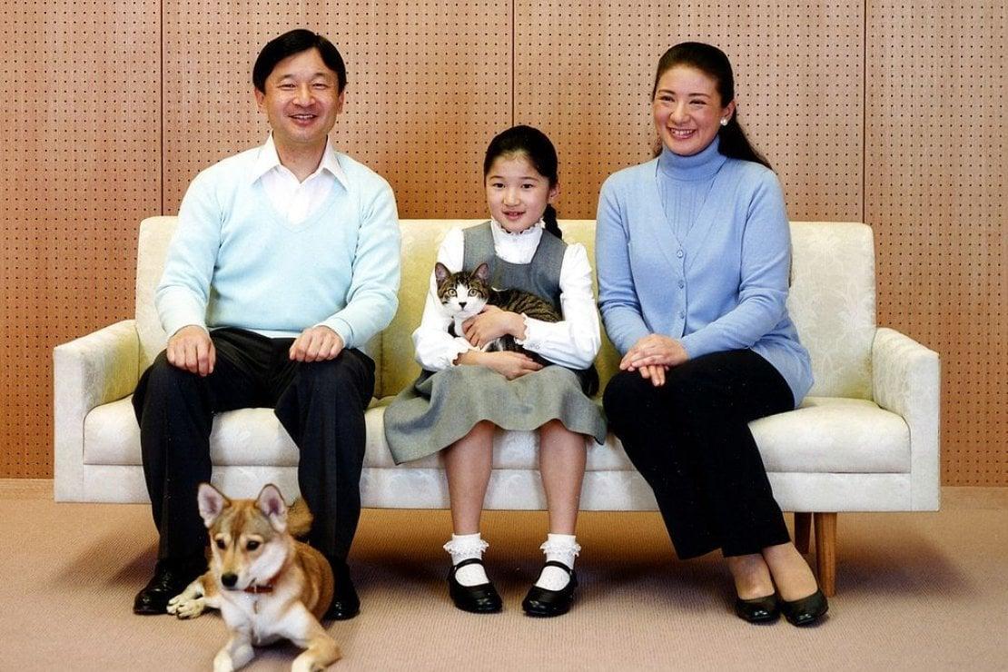 La famiglia reale del Giappone: Naruhito, Masako, la principessa Aiko e il cane Yuri più un gattino