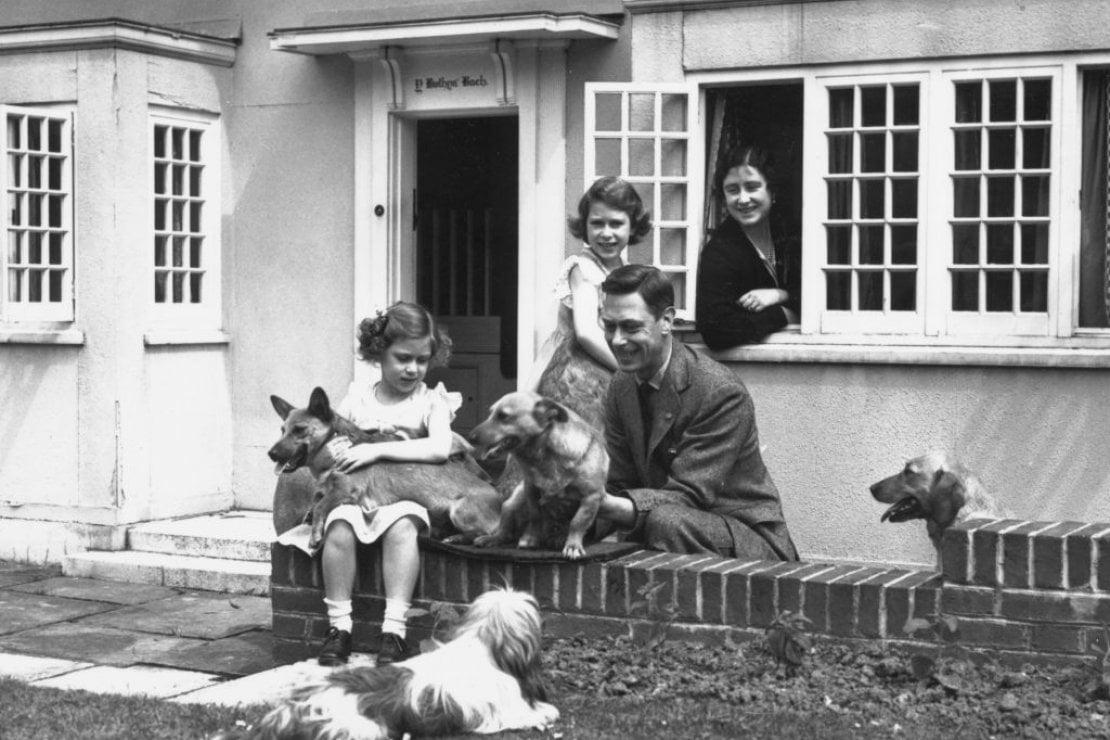 Re Giorgio VI e la regina Elisabetta con le principesse Elisabetta (oggi regina) e Margaret e i loro cani: il corgi in braccio a Elisabetta è Dookie
