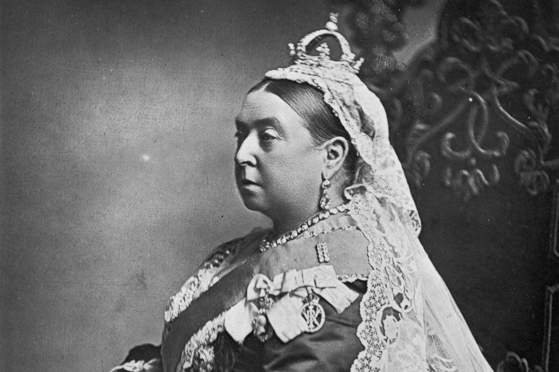 Yoga nella famiglia reale inglese: ben prima di Meghan Markle a praticarlo fu perfino la regina Victoria