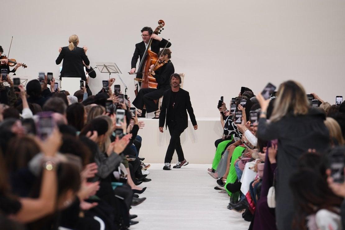 Nella foto, Pierpaolo Piccioli, direttore creativo di Valentino, al termine della sfilata prêt-à-porter donna lo scorso marzo a Parigi