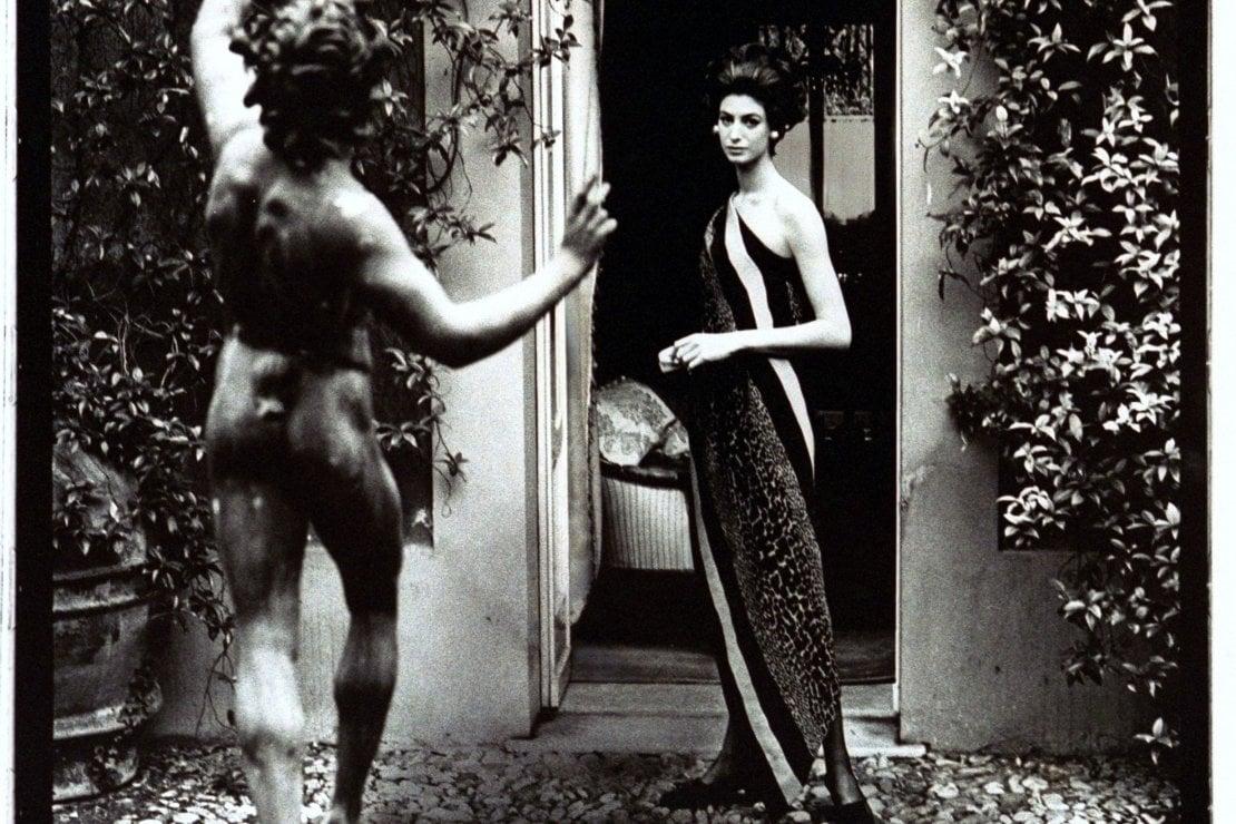 1967. Donna Allegra Caracciolo con un abito monospalla di Federico Forquet, nel giardino di Villa Savoia, a RomaFoto Getty Images