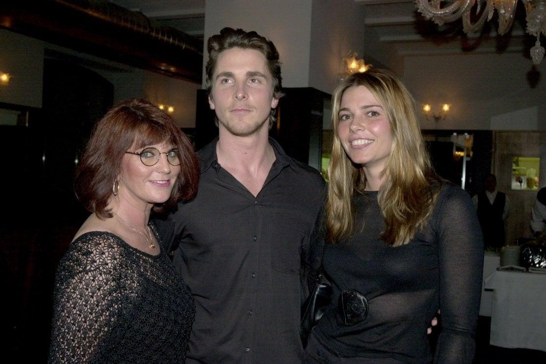 Christian Bale con la madre Jenny e la moglie Sibi, febbraio 2000