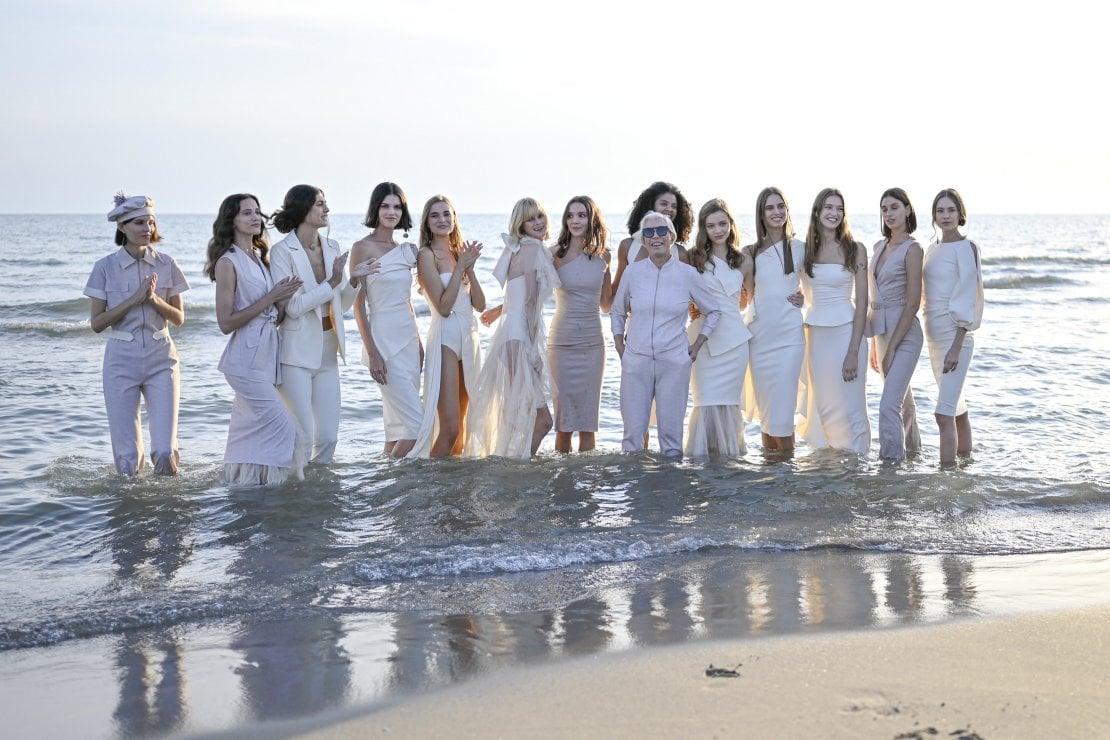 Chiara Boni con le sue modelle al termine della sfilata primavera/estate 2021 sulla spiaggia di Forte dei Marmi