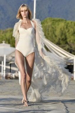 Chiara Boni, dopo le passerelle di New York la spiaggia di Forte dei Marmi