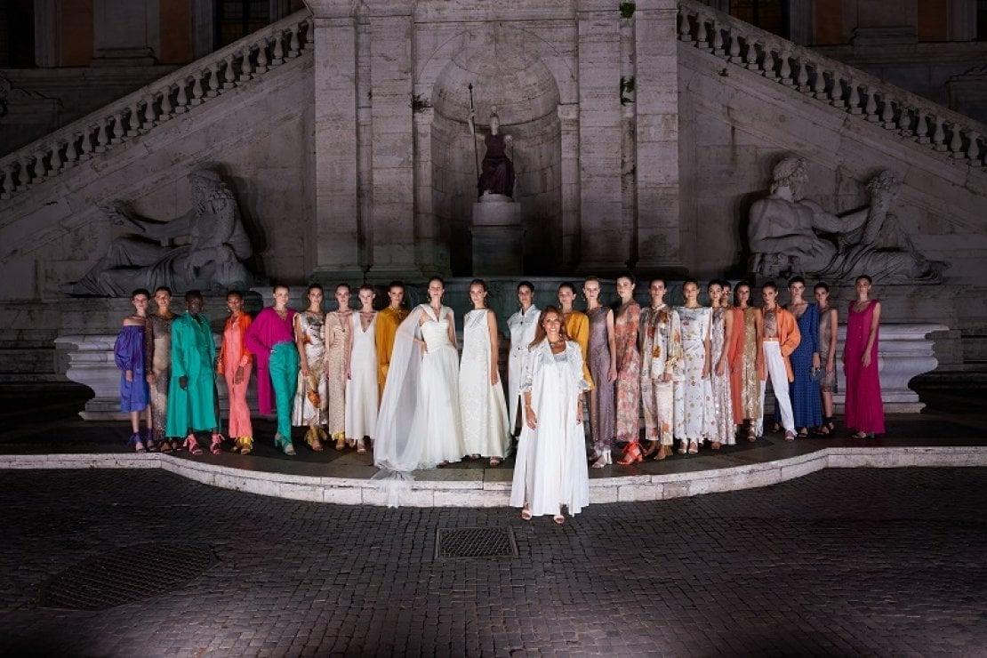 Lavinia Biagiotti con le sue modelle davanti alla Fontana della dea Roma in Campidoglio, al termine della sfilata della collezione primavera/estate 2021