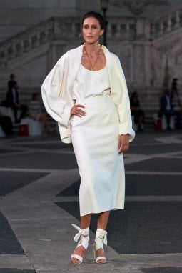 Anna Cleveland ha aperto la sfilata in total white
