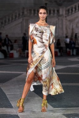 Laura Biagiotti torna a sfilare a Roma e finanzia il restauro della Fontana della dea Roma di Michelangelo