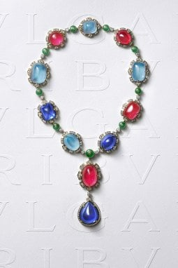 Tanzaniti, acquamarine e rubellite per un totale di oltre 500 carati, a cui vanno aggiunti i 41 carati di smeraldi e i 14 di diamanti per il collier ispirato ai Giardini Farnese