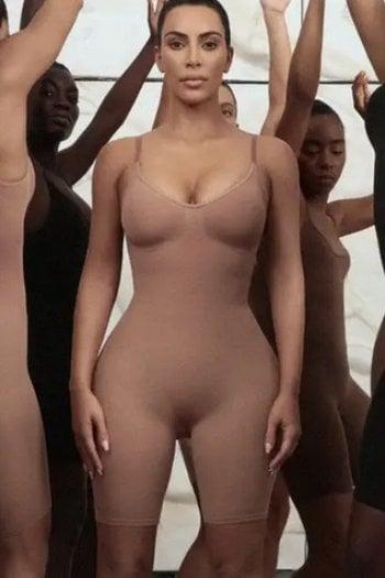 Kim Kardashian si difende dagli haters: ''la mia linea di intimo non nasconde, ma sostiene il corpo in gravidanza e nel post parto''