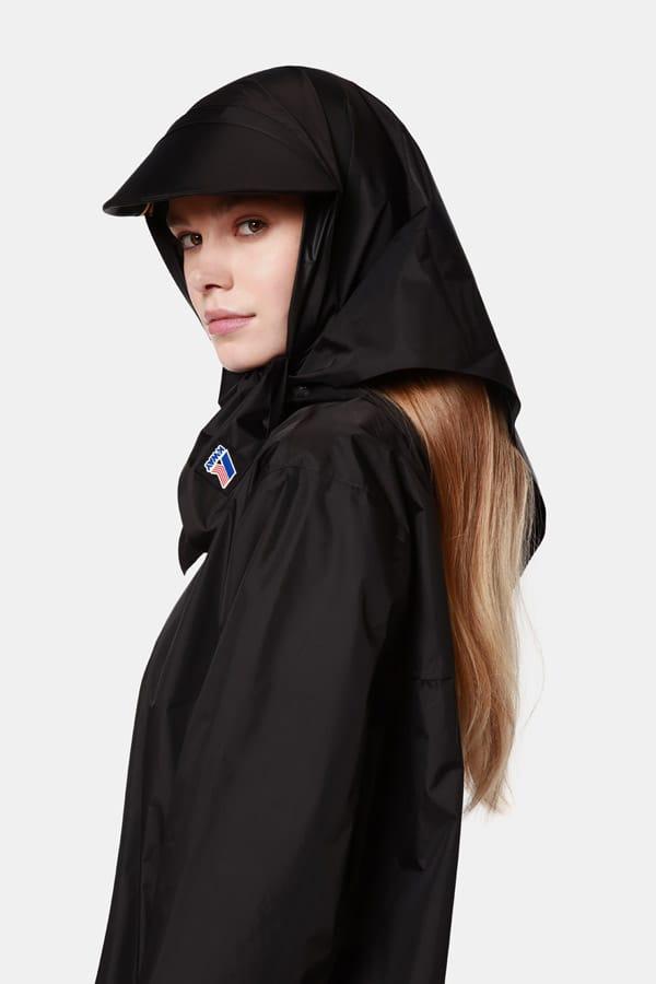 Flapper e K-Way® annunciano la loro prima collaborazione: una capsule di copricapo per l'autunno-inverno 2020-2021 composta da un turbante, un foulard con visiera e un cappellino da baseball con mantella lunga rimovibile.