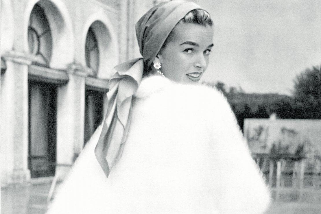 Dawn Addams indossa una mantellina di angora di Luisa Spagnoli  p/e 1956
