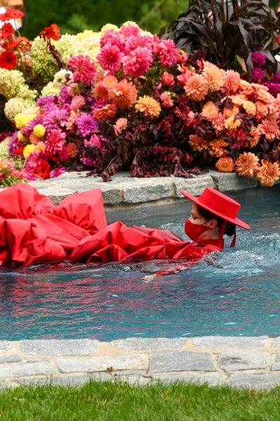 Coco Rocha incinta si tuffa in piscina per Siriano: la moda torna a essere show