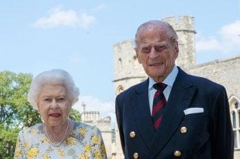 Tra la regina Elisabetta II e il principe Filippo è convivenza ''forzata''