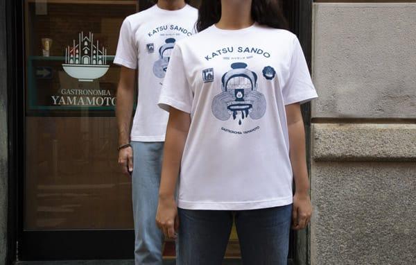 La tshirt Uniqlo creata in collaborazione con Gastronomia Yamamoto e Fabio Buonocore che sarà venduta da Gastronomia e il cui ricavato andrà alle realtà che sono state danneggiate dalla pandemia.
