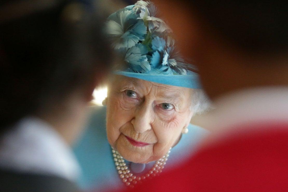 La regina Elisabetta è furiosa: il personale si ribella al piano anti-Covid per Natale