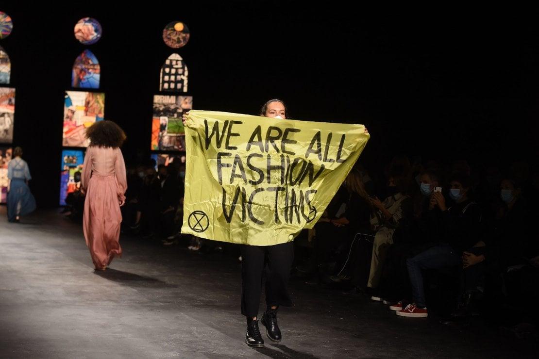 La dimostrante che ha invaso la passerella di Dior al termine dello show