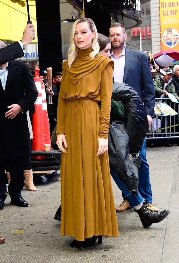 Come indossare un abito nella mezza stagione? Cinque look di Margot Robbie cui ispirarsi