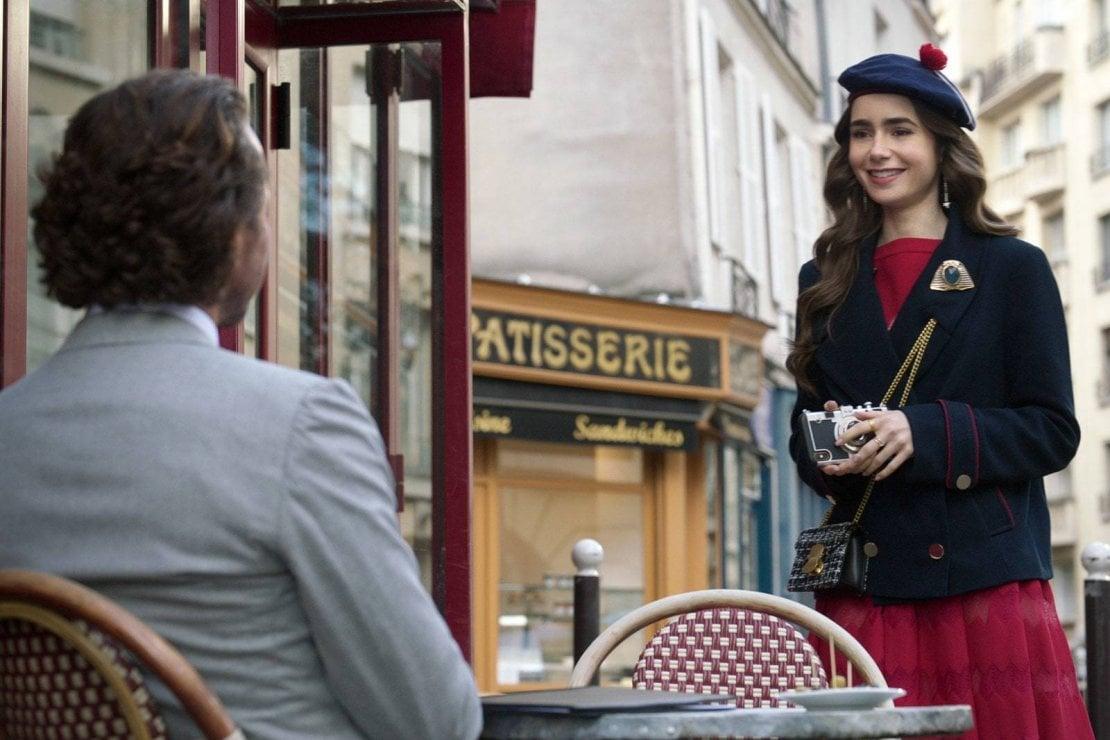 Emily in Paris, basco, baguette e cliché: polemica per la serie che non piace ai francesi