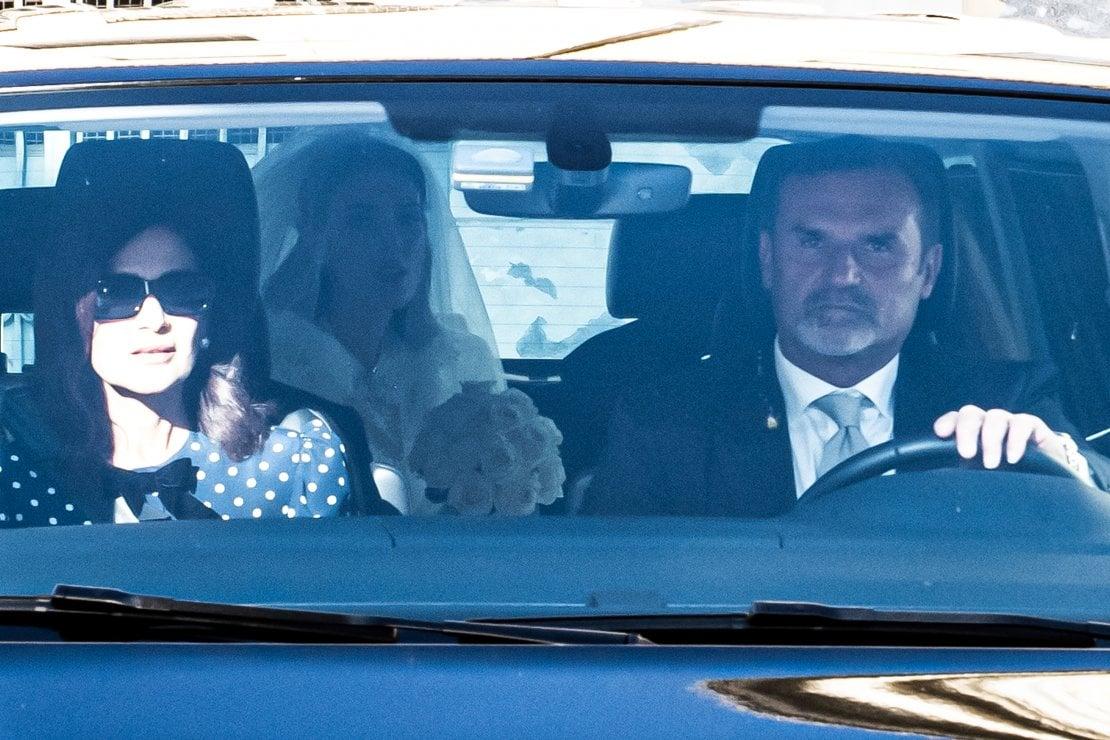 L'arrivo della sposa con abito bianco, velo e bouquet