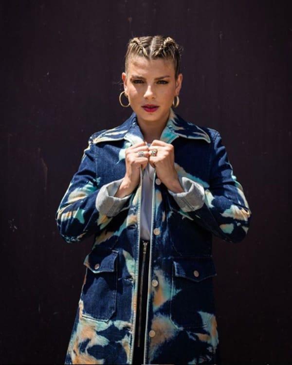 Emma Marrone ha indossato un completo in denim tie&dye; giacca e gonna della Collezione autunno 2020 di Stella McCartney durante le audizioni di X Factor ItaliaPhoto Courtesy: instagram / X factor